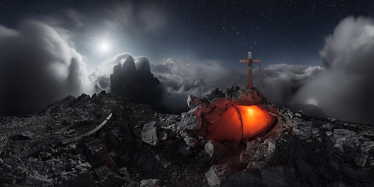 Bivouac dans les nuages, Tre Cime di Lavaredo, Dolomites, Italie