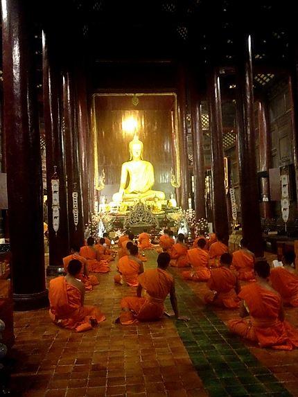 Prières au Wat Pan On