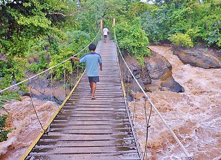Suspendu au dessus du Mekong
