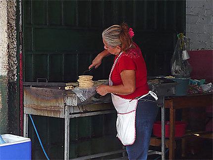 Confection des pupusas