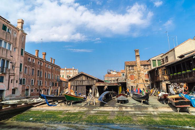 Dans l'atelier des gondoles de Venise