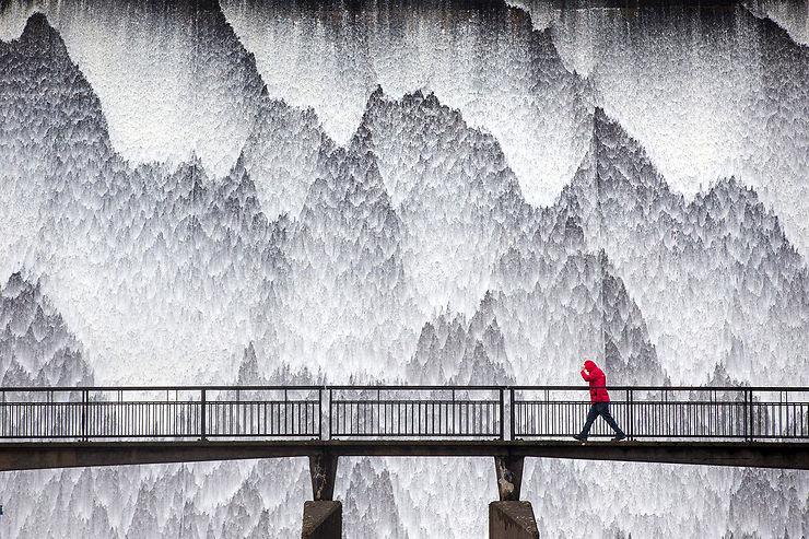 Cascade après de fortes pluies, Wet Sleddale Reservoir, Angleterre