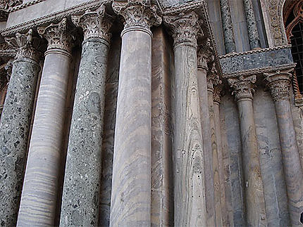 Détail des colonnes de la Basilique