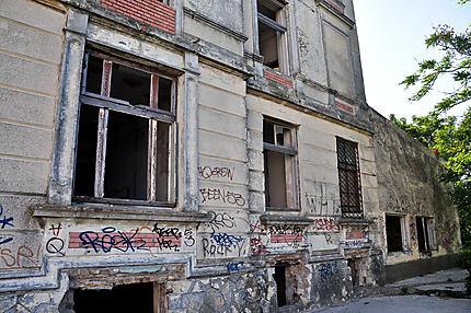 Ancienne belle maison laissée en ruines