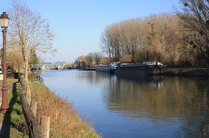 Péniches à quai à Pont-l'Évêque