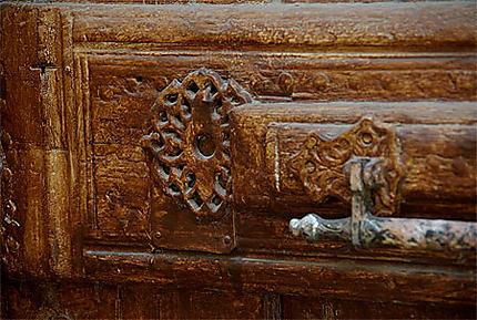 Détail d'une porte en bois de palmier