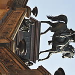 Surplombant l'entrée de la Alte Nationalgalerie