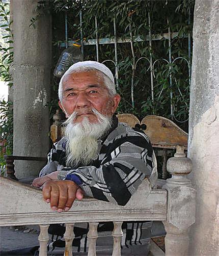 Homme ouzbek à barbe blanche