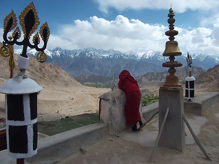 Tout en haut du monastère de Likir, avec un moine