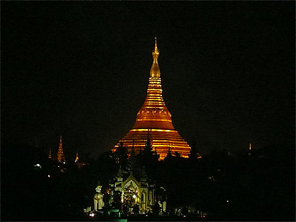 A la pagode Shwedagon