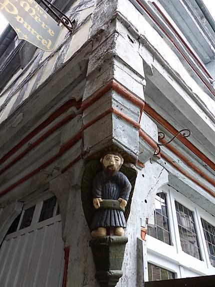 Petit homme ailé positionné sur la maison Pourcel