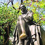 Le pied de la statue de Montaigne