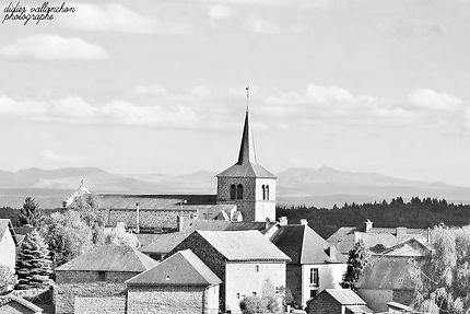Le massif du Sancy vu d'une église en Creuse