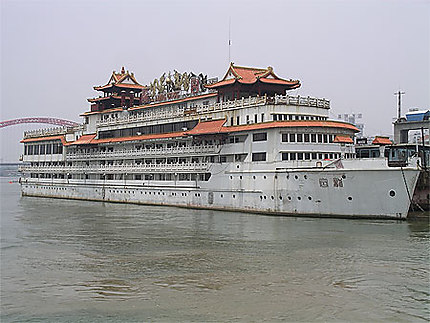 Bateau de touristes sur le Yang Tseu à Wuhan