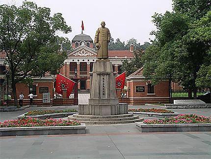 A l'entrée du musée Sun Ya Tsen à Wuhan