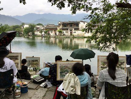 Peintres en herbe à Hongcun, Chine