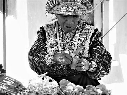 Marchande de fruits / Canyon de Colca - Perou
