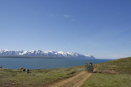 Une piste le long de l'océan près de Grenivik