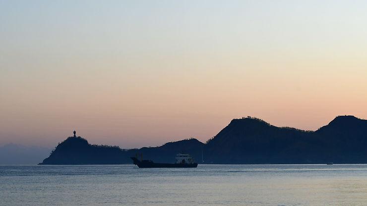Le Christ Roi au petit matin, sur la baie de Dili, Timor oriental