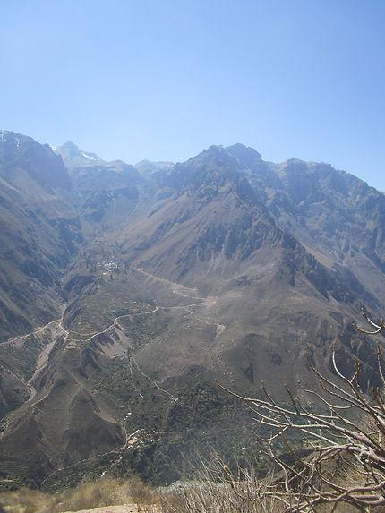 Routes sinueuses du canyon de Colca