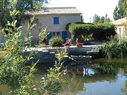 Marais Poitevin gîte de pêche en bord de rivière
