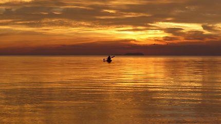 Rameurs Philippins au coucher du soleil