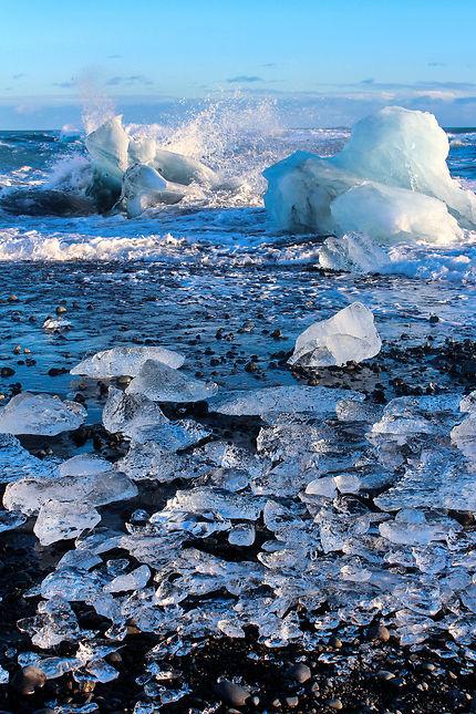 Plage d'icebergs cristallins