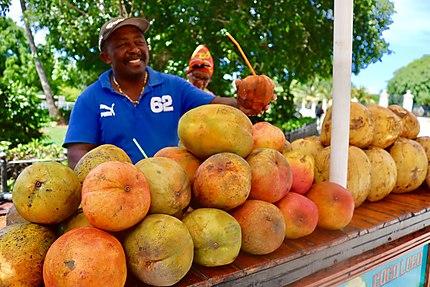 Cocos et mangues fraîches