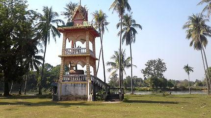 Temple au bord du Mékong, région des 4000 îles