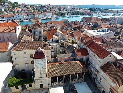 Vue sur la Place de la Cathédrale et les toits