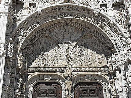Cloître des Hiéronymites : tympan de l'église