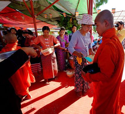 Aumone lors de la cérémonie du riz pas cuit