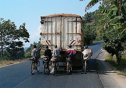 Derrière le camion
