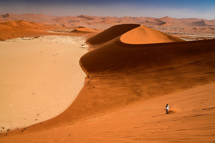 Descente vers Dead Vlei, Namibie