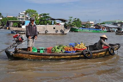 Fruits et légumes frais sur le marché flottant