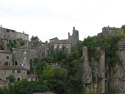 Village perché au-dessus de l'Ardèche