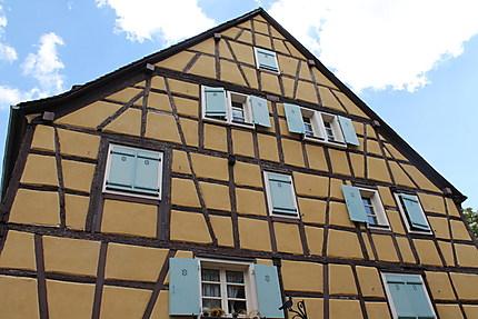 Maison à colombage jaune