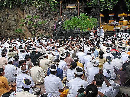 Cérémonie hindouiste au temple de Goa Lawah