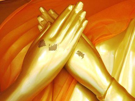 La prière, Wat Chaimongkol, Thaïlande