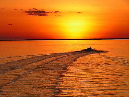 Coucher de soleil magique mer coucher de soleil derby kimberley western australia - Coucher de soleil en mer ...