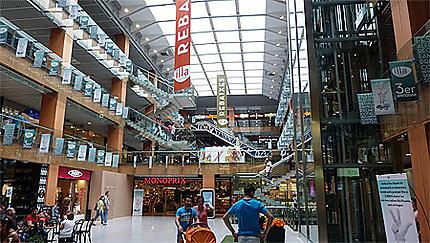 Shopping dans l'un des nombreux centres commerciaux de la capitale andorrane