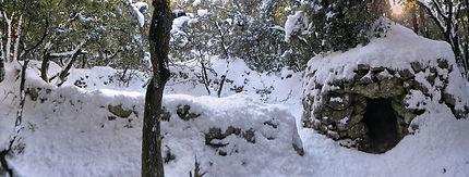Cabane avec enclos sous la neige