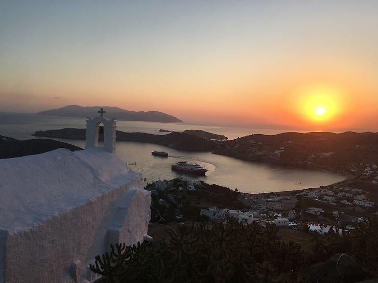 Ballet de ferries à Ios, Grèce
