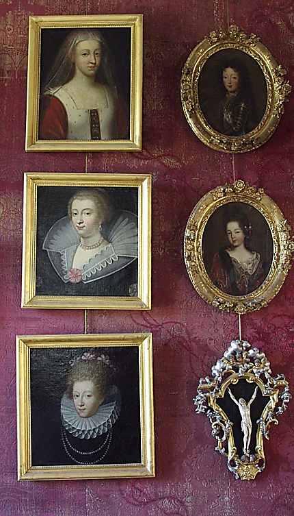 Portraits de femmes dans la chambre Sévigné