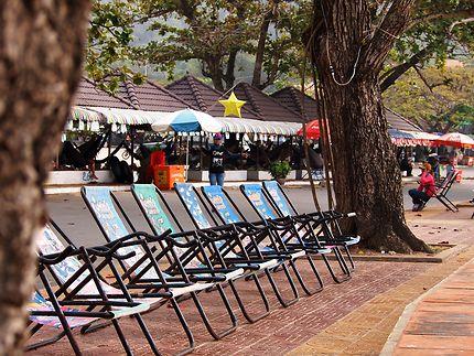 Les chaises longues à Kep