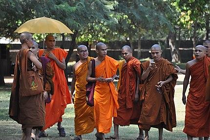 Sri Lanka - moines bouddhistes 'connectés'