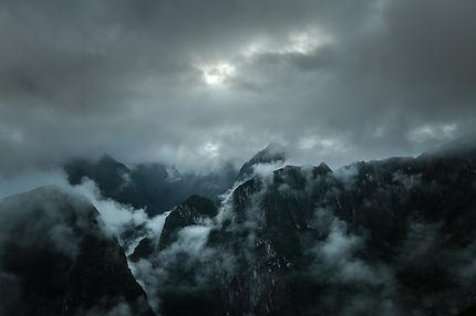 Sombre et lumineuse Montagne
