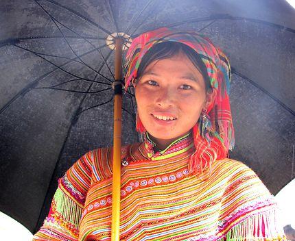 Jeune fille de l'ethnie Hmong fleuri