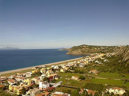 Vue panoramique sur la plage à Milazzo