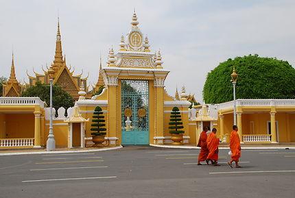Moines devant le Palais Royal